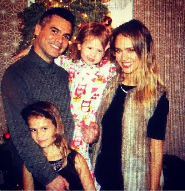 Šťastná rodinka počas Vianoc