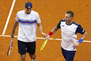 Igor Zelenay (vľavo) a Filip Polášek vo štvorhre v rámci duelu Davisovho pohára 2019 Slovensko - Švajčiarsko.