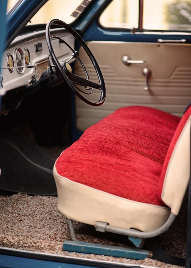modernizáciou prešiel i interiér. biely volant nahradil čierny, prístrojovka dostala čierny koženkový poťah, ktorý lepšie absorboval odlesky. verzia de luxe mala na podlahe koberec a sedadlá mali lôžkovú úpravu. foto: ingrid šperlová