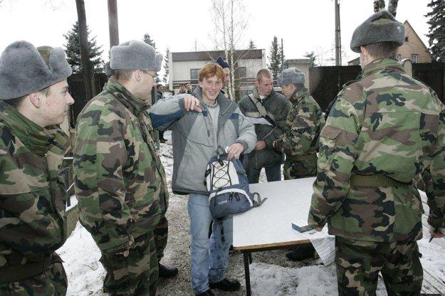 Vojaci, ktorí si už časť služby odkrútili, sa vždy tešili na nováčikov.
