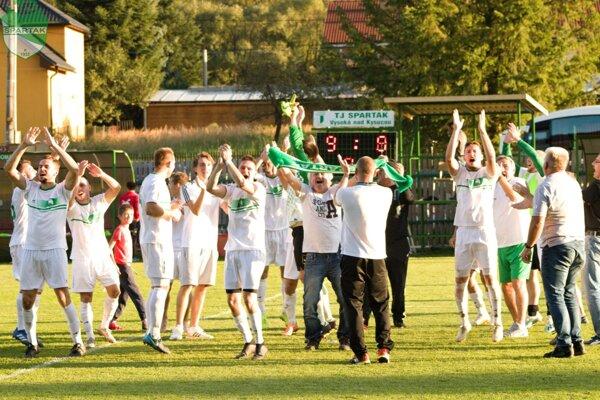 TJ Spartak Vysoká nad Kysucou oslavuje postup cez druholigový Púchov.