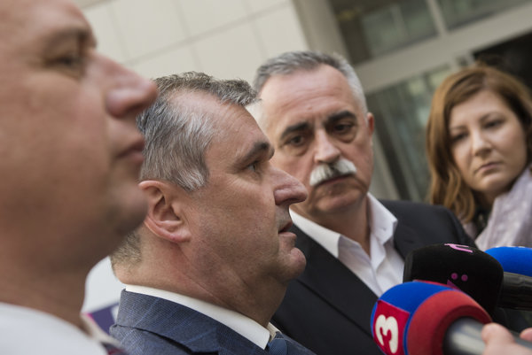 Zľava viceprezident Asociácie nemocníc Slovenska (ANS) Igor Pramuk, prezident ANS Marián Petko a viceprezident ANS Peter Bizovský.
