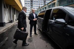 Robert Fico vychádza z centrály Smeru na Súmračnej v Bratislave.