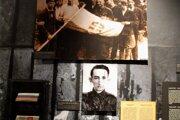 Expozícia venovaná Slovákom v Múzeu varšavského povstania. Na dolnej fotografii Miroslav Iringh.