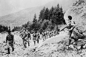 Skupina francúzskych odbojárov - makistov v Alpách na jeseň 1944.