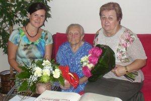Storočnej Anne Mikulovej gratulovala starostka Lazian Jana Matiašková (vľavo) a starostka Poruby Helena Čavojská.