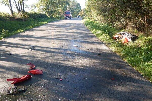 Motocykel aj auto skončili mimo cesty.