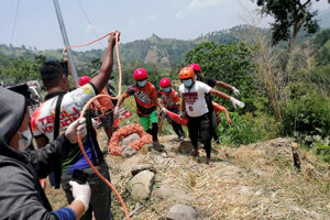 Najmenej 15 ľudí zomrelo na juhu Filipín po tom, čo nákladiak, v ktorom sa viezli, spadol z útesu.