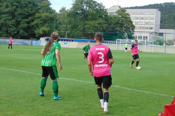 Brezová pod Bradlom (v ružovom) sa radí medzi favoritov na víťazstvo v VII. lige Double Star Bet Juh.
