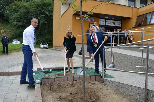 Vicepremiér Raši a ministerka Matečná v Giraltovciach aj symbolicky pracovali.
