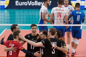 Radosť belgických volejbalistov po zisku druhého setu v zápase B-skupiny na ME vo volejbale mužov Slovensko - Belgicko.