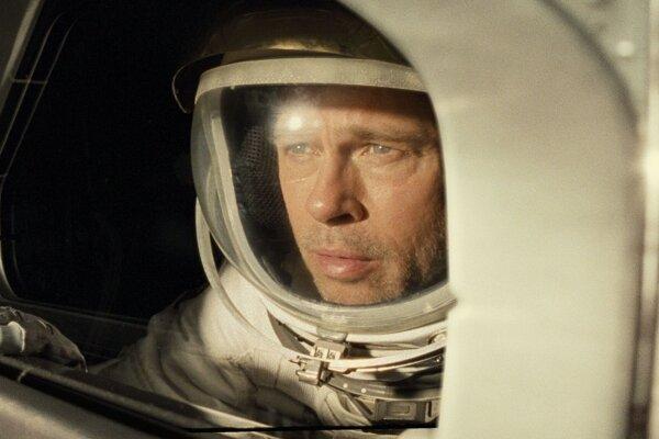 Brad Pitt vo filme Ad Astra.