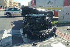 Po zrážke dvoch áut má Volkswagen Passat zničenú prednú časť.