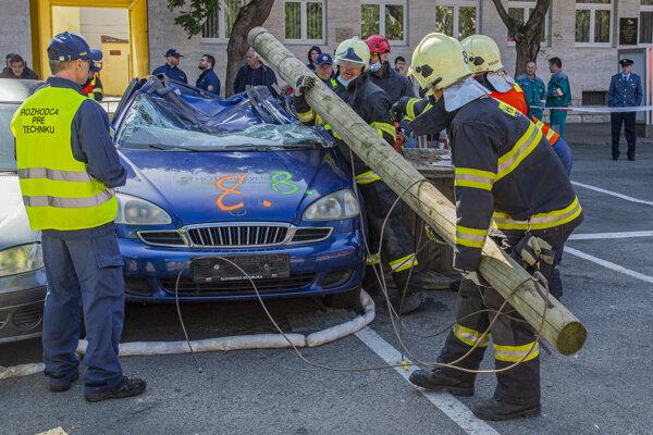 V Pezinku sa uskutočnil 11. ročník majstrovstiev Slovenska vo vyslobodzovaní zranených z havarovaných áut, ktoré organizovalo Prezídium Hasičského a záchranného zboru (HaZZ). Na snímke družstvo z Kežmarku.