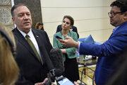 Americký minister zahraničných vecí Mike Pompeo, vpravo jeho hovorkyňa Morgan Ortagusová.