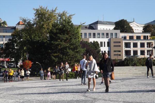 Parčík je v zadnej časti námestia.