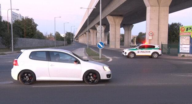 Vjazd pod most uzavrela polícia.