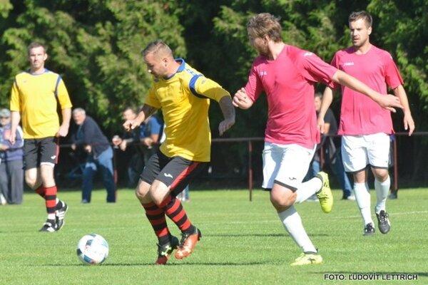 K najlepším hráčom na ihrisku v zápase Dražkovce - Trebostovo patril domáci Marián Rapan (pri lopte).
