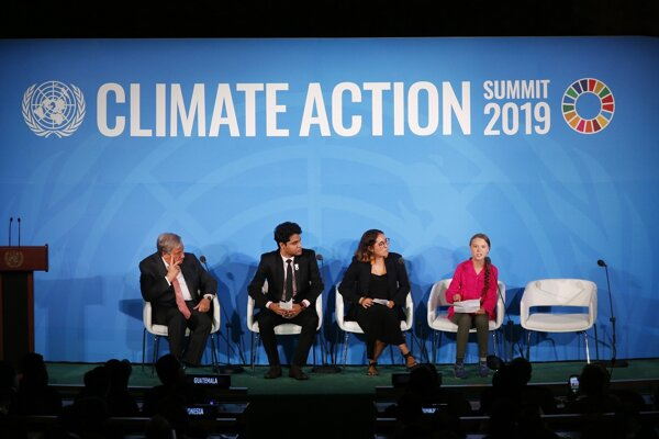 Guterres (vľavo) s Thunbergovou (vpravo) na klimatickom summite v New Yorku.