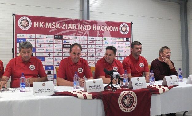 Zľava doprava: Ján Bitala, športový riaditeľ, Pavel Igríni, tréner, Ján Baran, prezident klubu, Jozef Stümpel, kapitán a Ján Žiak, konateľ MŠK Žiar nad Hronom.
