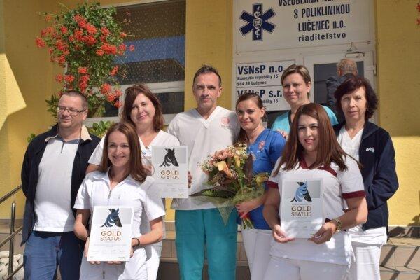 Časť ľudí, ktorým patrí podľ slov primára neurológie Milana Červenáka(v strede)získané ocenenie.