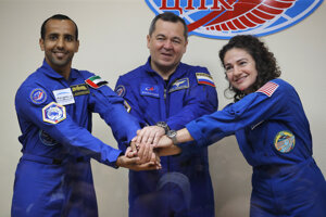 Sprava americká astronautka Jessica Meirová, ruský kozmonaut Oleg Skripočka a kozmonaut Spojených arabských emirátov Hazza Al Mansouri.