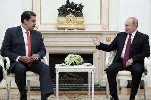 Ruský prezident Vladimir Putin a venezuelský prezident Nicolás Maduro počas stretnutia v Kremli.