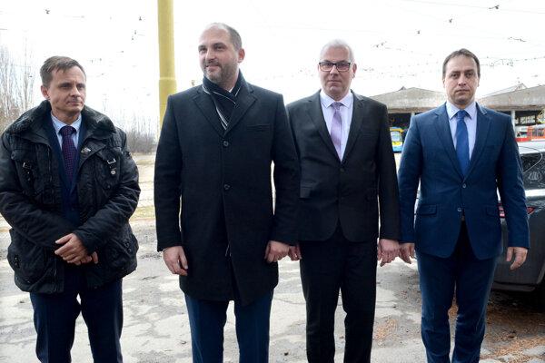 Vedenie dopravného podniku s primátorom Polačekom - člen predstavenstva Jozef Gima (vľavo), generálny riaditeľ Vladimír Padyšák (druhý sprava) a predseda predstavenstva i riaditeľ magistrátu Marcel Čop (vpravo).