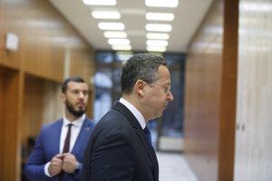 Minister financií SR Ladislav Kamenický (vpravo) počas príchodu na rokovanie vlády.