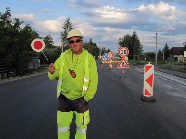 Dopravu cez pracovné dni regulujú cestári.