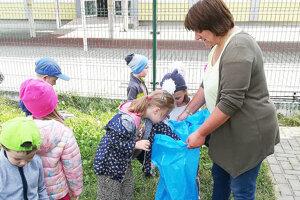 Aj škôlkari priložili ruku k dielu a vyzbierali odpadky v školskom areáli.