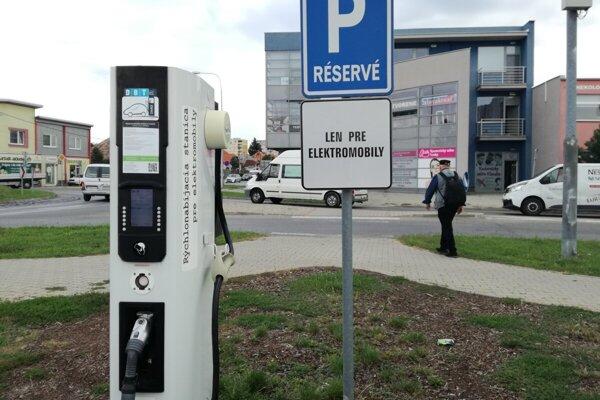 Nabíjacia stanica pre elektromobily vmestskej časti Veča.
