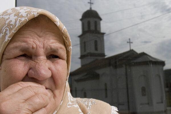Fata Orlovičová pri pravoslávnom kostole, ktorý stojí na pozemku jej rodiny.