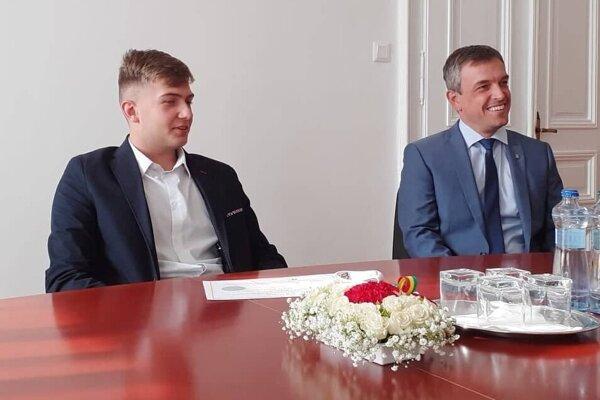 M. Béber (vľavo) s komárňanským primátorom B. Keszeghom.