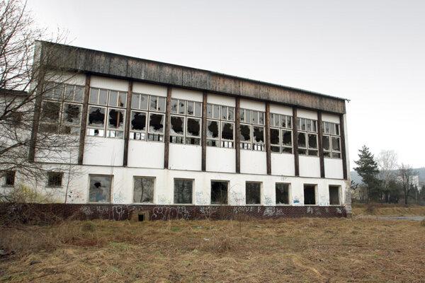 Budovy bývalej školy v Môťovej roky chátrali.