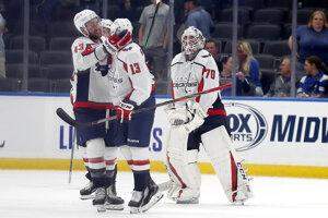 Hokejisti Washingtonu Capitals oslavujú prvé víťazstvo v sezóne NHL 2019/2020 nad St. Louis Blues.