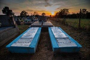 Dvojica zreštaurovaných hrobov v dedinke Koňuš.