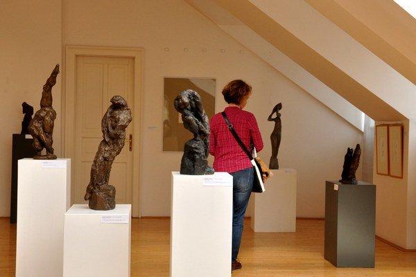 Výstava známeho sochára v mestskej galérií.
