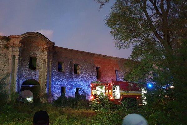Renesančný kaštieľ v Ožďanoch, ktorému ničivý požiar kompletne zničil šindľovú strechu.