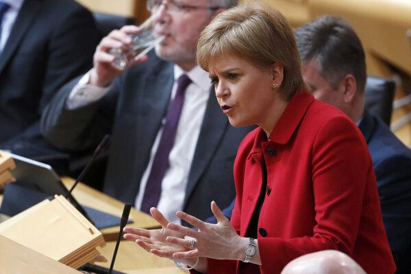 Škótska premiérka Nicola Sturgeonová reční počas debaty v škótskom parlamente.