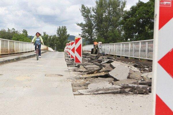 Most na Ostrov opravujú, dopravu riadi svetelná signalizácia.