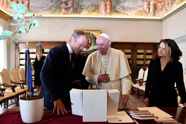 Donald Tusk s manželkou na audiencii u pápeža.