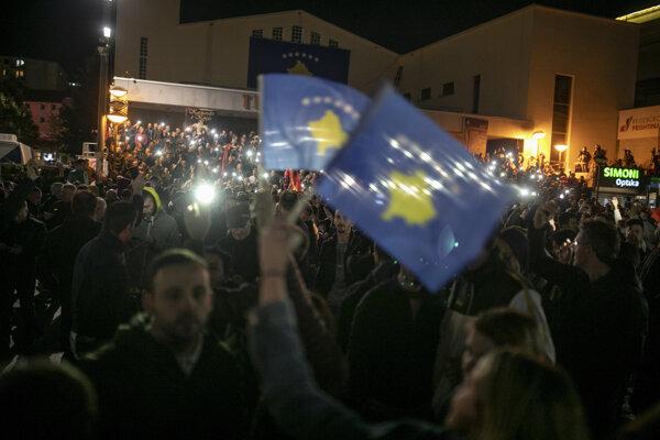 Prívrženci strany Sebaurčenie (Vetëvendosje) oslavujú v uliciach Prištiny.