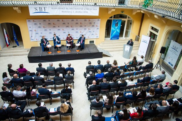 Z otvorenia 12. ročníka Slovenského bezpečnostného fóra, ktorým sa tradične začína diplomatická sezóna na Slovensku. Prvého októbra 2018 v Bratislave.