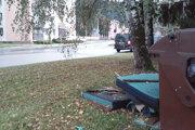 Auto s kontajnerom stálo deväť hodín na chodníku oproti tomuto odpadu.