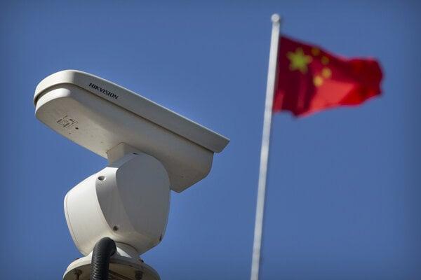 Spojené štáty umiestnili v pondelok na čiernu listinu skupinu čínskych technologických firiem, ktoré vyvíjajú rozpoznávanie tváre a iné technológie umelej inteligencie.