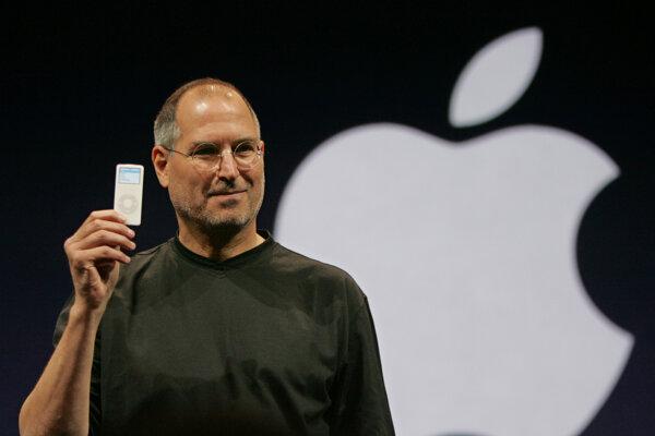 Steve Jobs predstavuje v roku 2005 iPod Nano.
