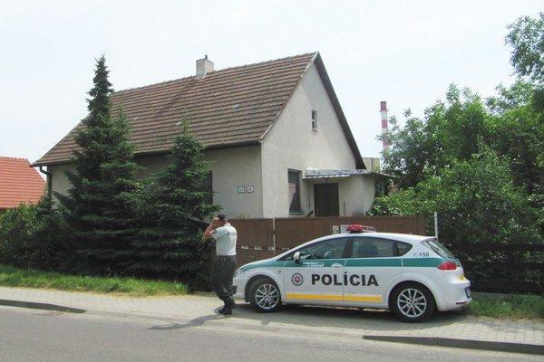 Dom strelca stráži polícia.