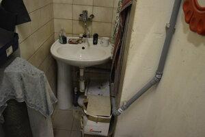 Vodu odvádzajú do odtoku umývadla.