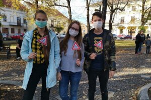 Aj mladí prišli na protest. Obe Simona a Alex.